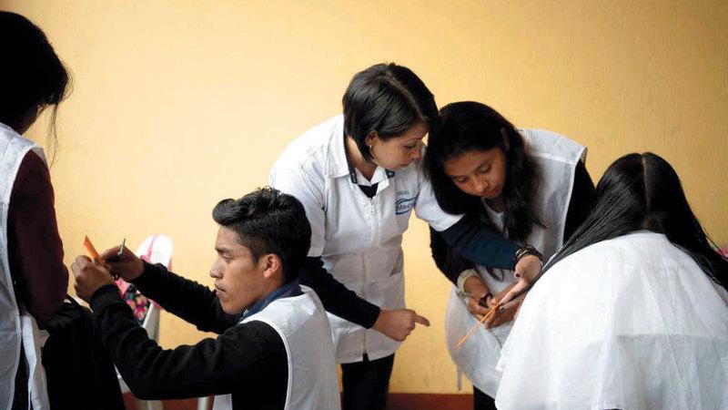 متدربون يتعلمون قص الشعر في المركز مجاناً.  أرشيفية (واشنطن بوست)