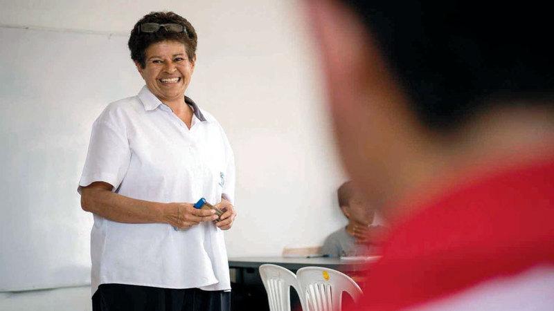 سيلفيا كوينتانا تُدرس اللغة الإنجليزية للطلاب.  أرشيفية