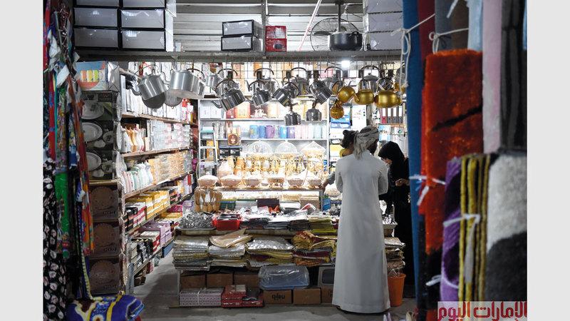 عدسة «الإمارات اليوم» كانت في جولة تصويرية في إحدى الأسواق في مدينة عجمان.  تصوير: أسامة أبوغانم.
