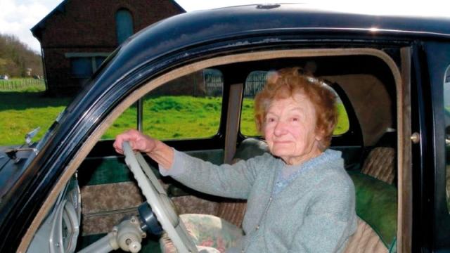 تسعينية تقود سيارتها العتيقة دون حوادث منذ 67 عاماً - الإمارات اليوم