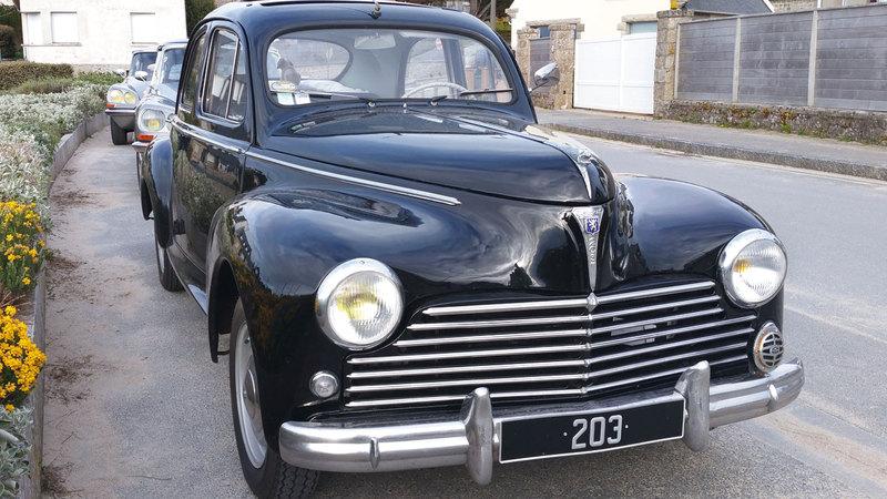 سيارة إيفون ورخصة قيادتها تثيران انتباه وفضول رجال الشرطة.  أرشيفية