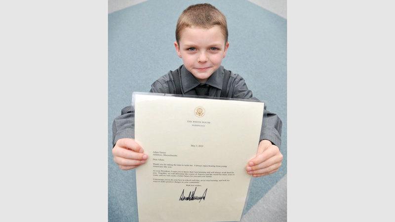 الطفل آدم فرح بالرسالة التي تلقاها من ترامب.  من المصدر