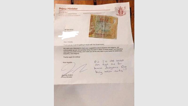 أرديرن ردت على الرسالة وردّت «الرشوة» التي قدمتها الطفلة النيوزيلندية.  من المصدر