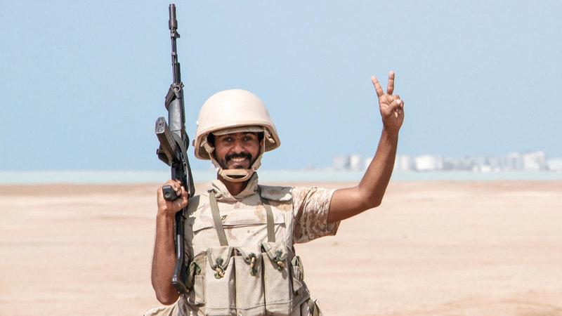 جندي يمني يرفع علامة النصر في إحدى المناطق بالمخاء.       أ.ف.ب