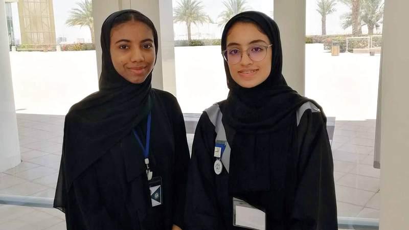 مزنا المنصوري (يمين) وريم البلوشي خلال عرض الجهاز بملتقى المخترعين. الإمارات اليوم