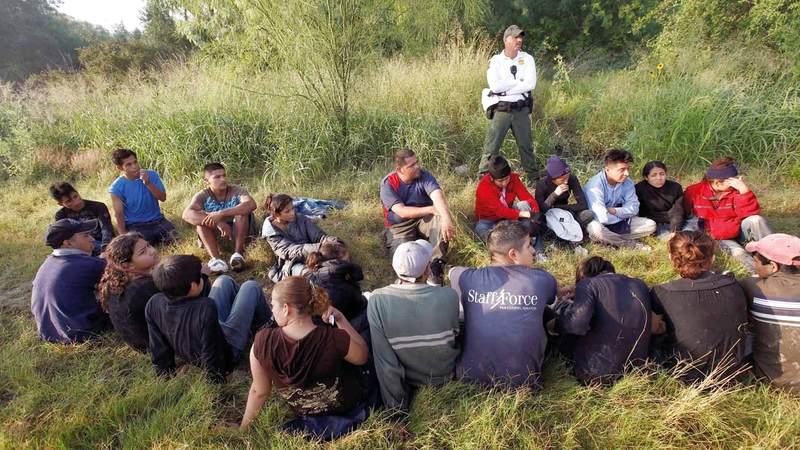 شرطي حدود في حراسة مجموعة من المهاجرين أوقفوا عند الحدود الأميركية مع المكسيك. رويترز