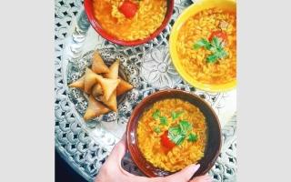 الصورة: أطباق من العالم..شوربة كرات اللحم والطماطم بلسان العصفور
