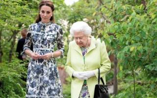 الصورة: ملكة بريطانيا تتفقد «تشيلسي للزهور»