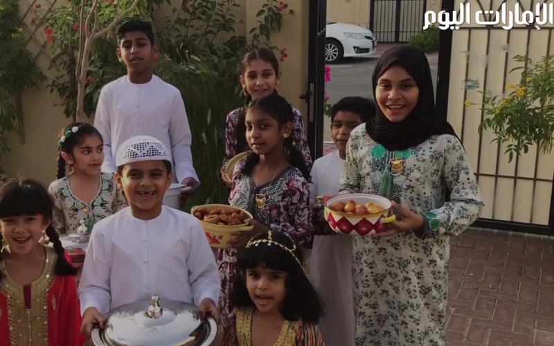 الصورة: بالفيديو.. تبادل أطباق الطعام عادة تُرسّخ الترابط الاجتماعي في الإمارات