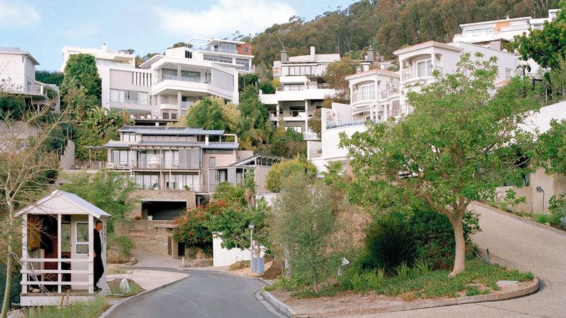 مساكن فاخرة يقطنها البيض بينما يعيش السود في أطراف المدينة.  من المصدر