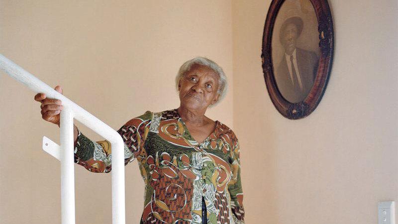 سوزان لويس تعود إلى منزلها الذي تمت مصادرته منها إبان الفصل العنصري. من المصدر