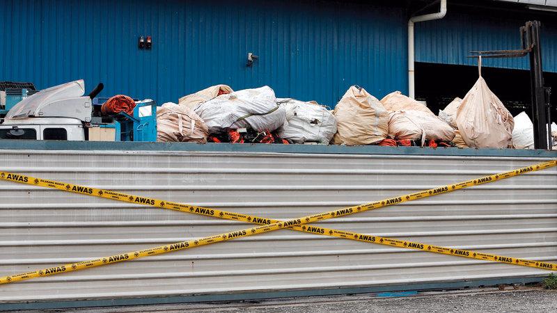 شاحنة مكدّسة بالنفايات البلاستيكية في طريقها إلى مصنع لإعادة التدوير أغلقته السلطات الماليزية بسبب عدم مراعاة الشروط البيئية.  رويترز