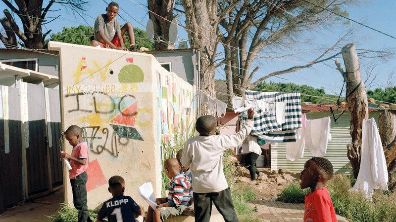 أطفال في أحد أحياء السود الفقيرة بالقرب من كيب تاون. أرشيفية