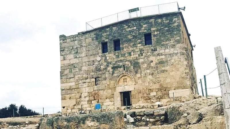قلعة ذروة التل أبرز المعالم الأثرية في صفورية. من المصدر