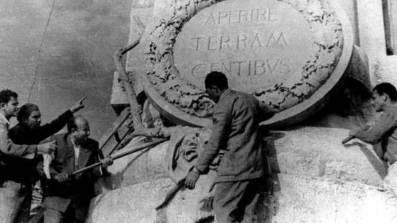 سيد عسران ورفاقه يحطمون التمثال عام 1956.  أرشيفية