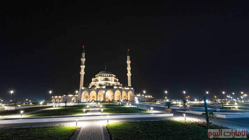 يقع المسجد على مساحة مليوني قدم مربعة مع الحدائق الخارجية، ويحتوي كذلك على مكتبة تحتوي أمهات الكتب، واستغرق بناؤه خمسة أعوام بكلفة إجمالية 300 مليون درهم.