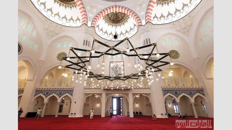 يُعد مسجد الشارقة، الذي افتتح أخيراً، الأكبر في الإمارة، حيث يتسع لأكثر من 25 ألف مُصلٍّ متوزعين على مساحات مخصصة في المسجد. تصوير: أحمد عرديتي