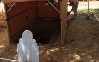 بلدية مدينة أبوظبي توفر خيمة ساترة للقبر أثناء عمليات دفن المتوفيات