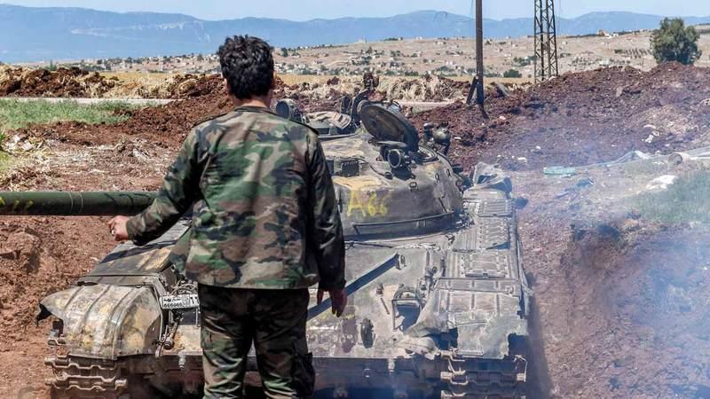 قوات النظام السوري تتمركز في إحدى قرى ريف حماة.  أ.ف.ب