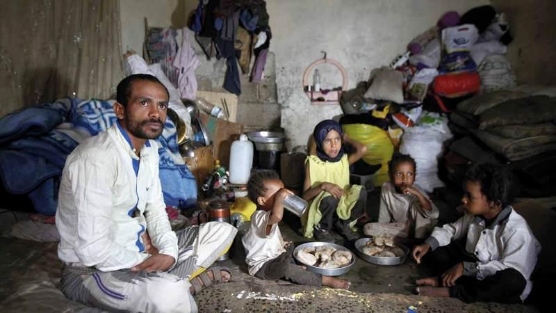 الأسر اليمنية تعيش حياة صعبة بسبب انتهاكات الميليشيات الحوثية. رويترز