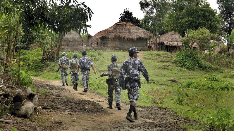 قوات حرس الحدود التابعة لحكومة ميانمار تقوم بأعمال التفتيش.  أ.ب