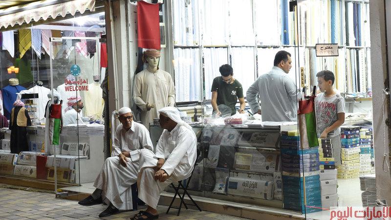 تحتفظ الأسواق الشعبية برونقها التقليدي، وهي جزء لا يتجزأ من أجواء شهر رمضان الكريم، حيث تذهب العديد من العوائل الى تلك الأسواق لشراء مستلزماتها للعيد من أقمشة والبسة وعطور استعداداً لعيد فطر المبارك. تصوير أسامة أبو غانم .