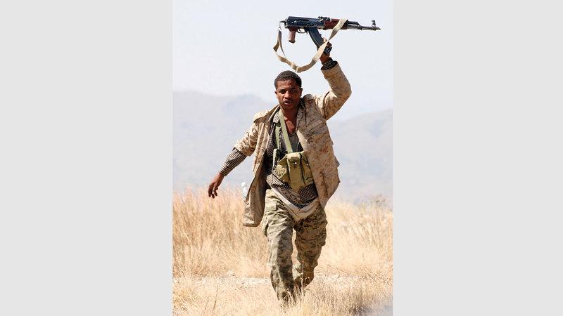 مقاتل من الشرعية اليمنية في أحد المواقع بتعز.  أ.ف.ب