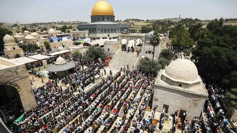 أعداد كبيرة أدت صلاة الجمعة الأخيرة من رمضان في المسجد الأقصى.  أ.ب