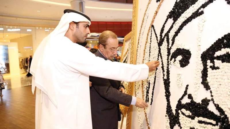 جدارية تحمل صورة الشيخ زايد باستخدام 1000 وردة. من المصدر