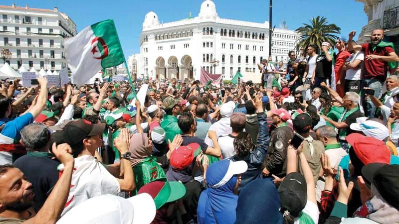 الجزائريون يواصلون احتجاجاتهم وسط العاصمة. رويترز