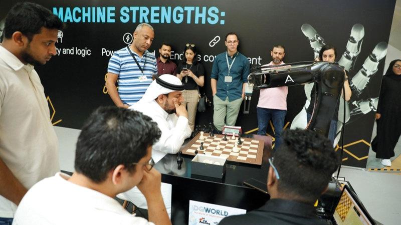 عمر آل علي فاز على روبوت خلال فعالية «تحدي العقل البشري والروبوتات» التي نظمتها «منطقة 2071».  من المصدر