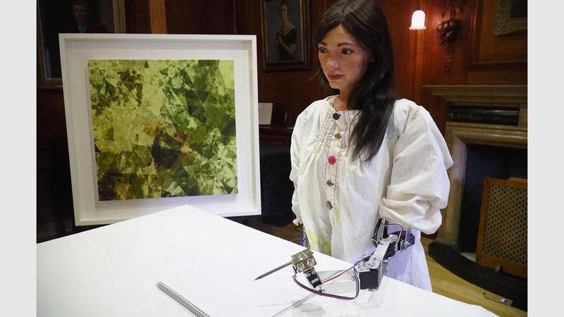 «أيدا» أول روبوت فنان في هيئة إنسان.  رويترز