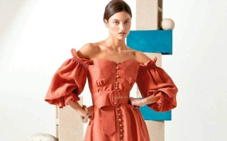 الصورة: الفساتين الصيفية تتألق بالأحمر بلون الصدأ