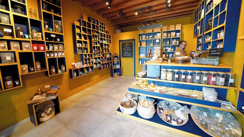 «سوق العرصة» واحد من أقدم الأسواق في الإمارة والوجهة المثالية لمحبي التحف. من المصدر