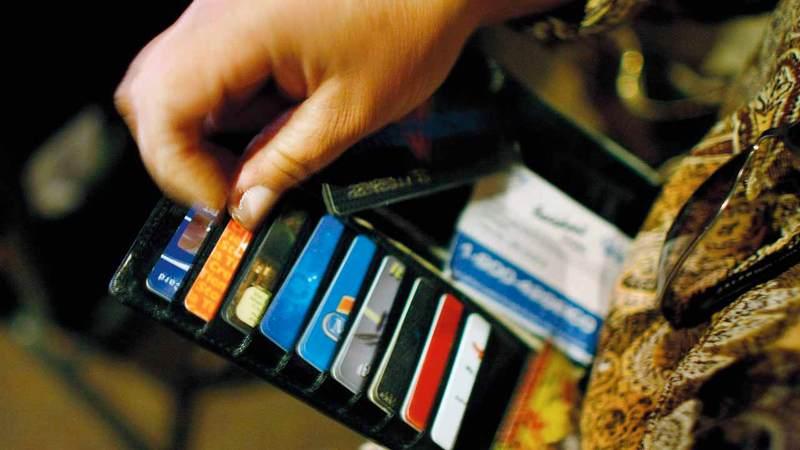 منتج بطاقات الائتمان يخضع للعرض والطلب وله مزايا وسلبيات تعتمد على كيفية استخدام المتعامل له.غيتي