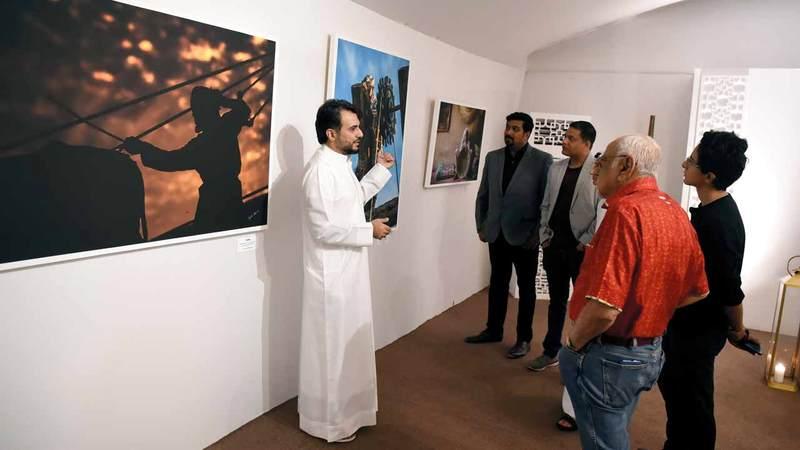 الهرمودي: عنوان معرضي «أنا إماراتي» أتى لارتباطه بالبيئة الإماراتية والتراث المحلي. تصوير: أسامة أبوغانم