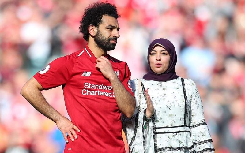 الصورة: بالفيديو: تقرير يكشف وظيفة زوجة محمد صلاح ويقارنها بزوجة ميسي