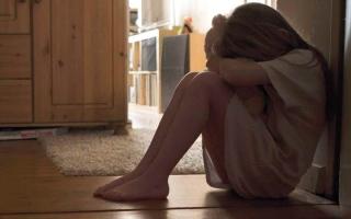 الصورة: خبراء يحدّدون علامات تنذر بتعرّض الطفل للتحرش
