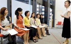 الصورة: نساء في اليابان ينتفضن ضد الكعب العالي