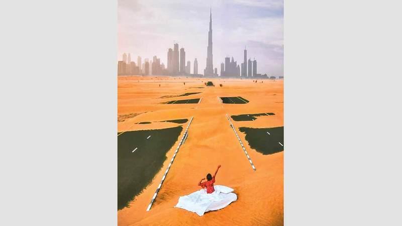 أعمال المعرض رصدت من أعلى الطرق السريعة والمدن والصحراء.  تصوير: نجيب محمد