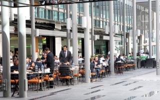 الصورة: مستهلكون يطالبون بقوائم طعام باللغة العربية في المطاعم