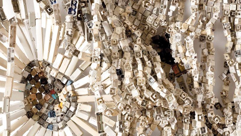 عمل موفات تاكاديوا «سكند هاند 2014» صنع من مفاتيح الكمبيوتر. من المصدر