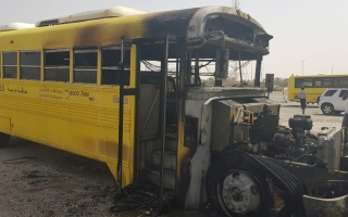 الصورة: احتراق حافلة مدرسية خالية من الطالبات في رأس الخيمة