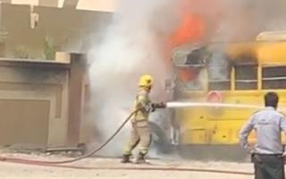 الصورة: احتراق حافلة مدرسية في رأس الخيمة