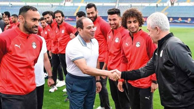 السيسي يطالب المنتخب المصري بإسعاد الشعب في كأس إفريقيا - الإمارات اليوم