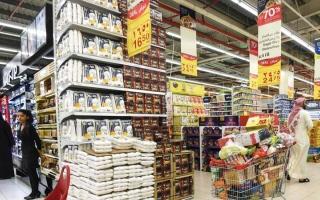 الصورة: مستهلكون يشكون صعوبة الاستفادة من بطاقات «الولاء» في قطاع التجزئة.. ويطالبون بتوحيد معاييرها