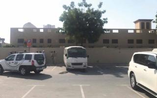 الصورة: وفاة طفل بعد نسيانه 9 ساعات داخل حافلة «مركز تعليمي»