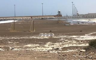 الصورة: بالفيديو.. اغلاق شارع كورنيش كلباء بسبب موج البحر