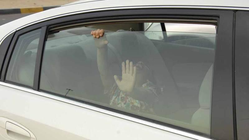 تحذير من خطورة ترك الأطفال بمفردهم داخل المركبات في جميع الحالات.  من المصدر