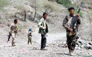 الصورة: التحالف يدمّر مخازن أسلحة تضم صواريخ بالستية وطائرات مسيّرة في حجة